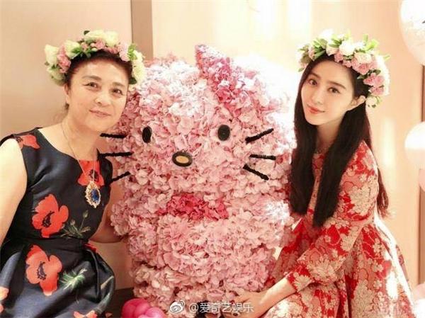 Hai mẹ con Phạm Băng Băngkhả ái và ngọt ngào với vòng hoa đội đầu và chú mèo Kitty kết từ những cánh hồng xinh đẹp.