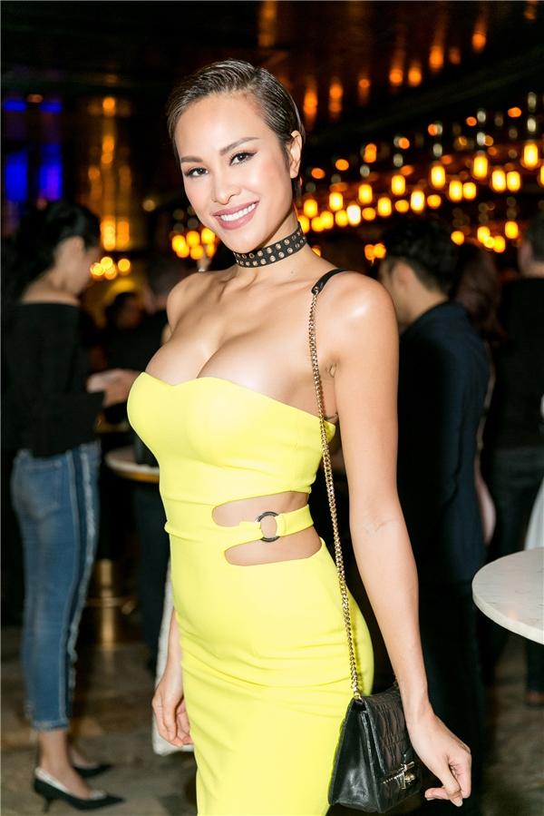"""Trong khi đó, """"chân dài"""" gốcHà Thànhgợi cảm trong chiếc váy quây vàng khoe một phần vòng một nóng bỏng - Tin sao Viet - Tin tuc sao Viet - Scandal sao Viet - Tin tuc cua Sao - Tin cua Sao"""