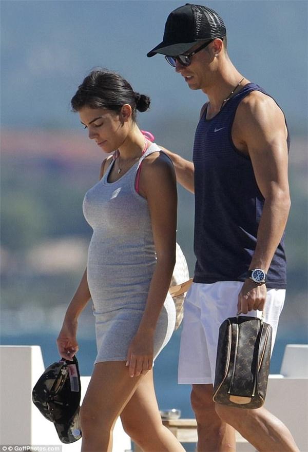 Liệu cặp song sinh trên có phải là con củaGeorgina, bạn gái Ronaldo?(Ảnh: Goffphotos.com)