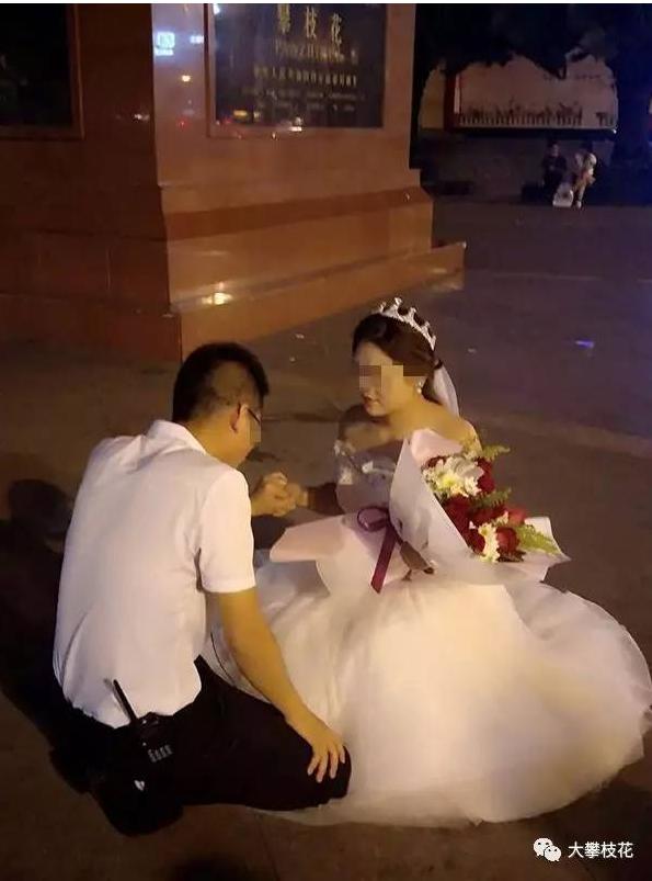 Cô nàng quỳ gối giữa khuôn viên công cộng để cầu hôn bạn trai.