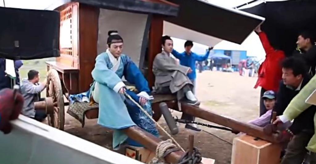Đây là hình ảnh thật của một chiếc xe ngựa trên phim trường Nữ y Minh Phi truyện. Phần khung là có thật nhưng ngựa chỉ là giả. Ê-kíp sắp xếp đạo cụ để giữ thăng bằng cho xe.