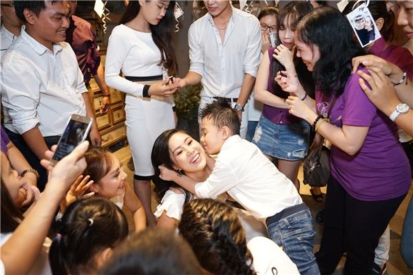Con trai Lê Phương cũng thích thú tham gia trò chơi cùng mẹ. - Tin sao Viet - Tin tuc sao Viet - Scandal sao Viet - Tin tuc cua Sao - Tin cua Sao