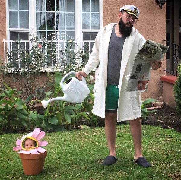 Phải tưới nước nhiều thì hoa mới tươi nhé con gái!