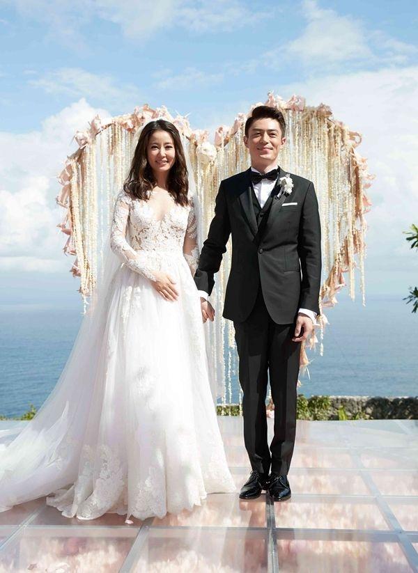 Chưa kịp hưởng tuần trăng mật đã phải xa cách,Lâm Tâm Như và Hoắc Kiến Hoa khiến mọi người nghi ngờ về tình yêu của mình.