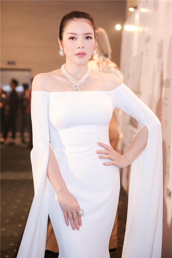 Lý Nhã Kỳ lộng lẫy như nữ thần khi diện bộ váy trắng đượcNTK Lê Thanh Hòa thiết kế riêng - Tin sao Viet - Tin tuc sao Viet - Scandal sao Viet - Tin tuc cua Sao - Tin cua Sao