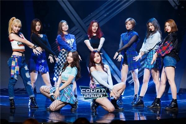 Đè bẹp SNSD, TWICE được chọn là nhóm nữ mặc đẹp nhất Kpop