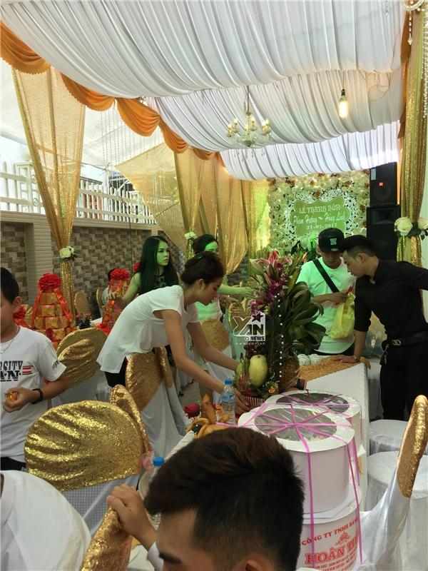 Phạm Hươnghốc hác, gầy đi trông thấy và ăn diện cực đơn giản trong đám cưới của em trai. - Tin sao Viet - Tin tuc sao Viet - Scandal sao Viet - Tin tuc cua Sao - Tin cua Sao