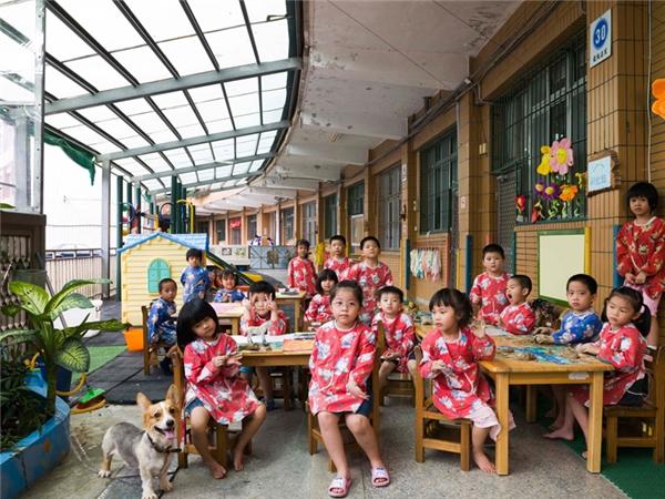 Đài Loan: Các em học sinh nhí ở đây trông khá đáng yêu trong bộ sườn xám cách điệu với họa tiết hoa sặc sỡ bắt mắt.