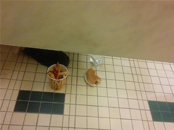 Nhà vệ sinh này hẳn là phải sạch sẽ thơm tho lắm đây.