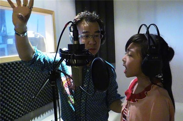 Bố của Chỉ Quân là một giáo viên thanh nhạc nổi tiếng ở Hồng Kông. Ông cũng chính là người giúp con gái luyện thanh và phát triển chất giọng thiên phú.