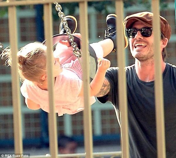 Nụ cười hạnh phúc của người cha khi vui đùa cùng con gái.