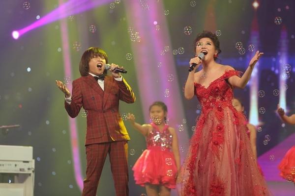 Kết thúc phần thi thứ 2 là màn trình diễn của giám khảo Văn Mai Hương và cậu bé Thiên Khôi.