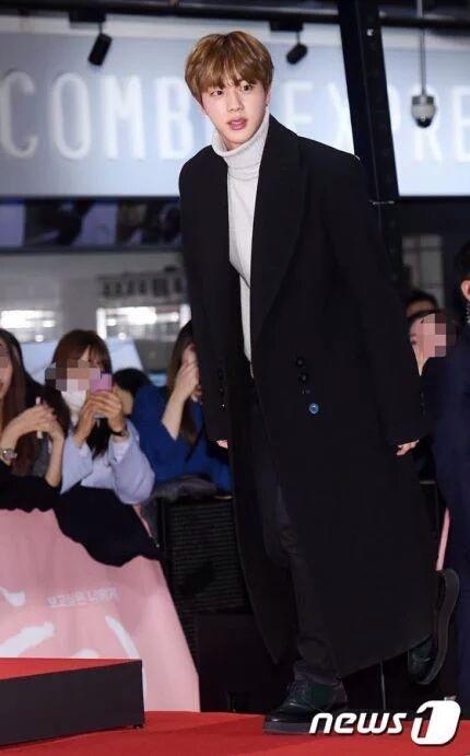 """Trong khi đó thì anh cảJin đến dự công chiếu phim""""Pure Love""""ủng hộ D.O (EXO)."""