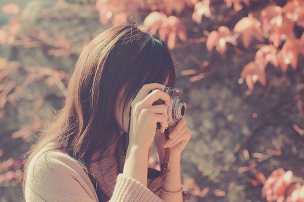 Chàng trai vô tình xuất hiện trong bức ảnh chụp cây xà cừ của Thùy khiến cô nàng ngẩn ngơ mãi...