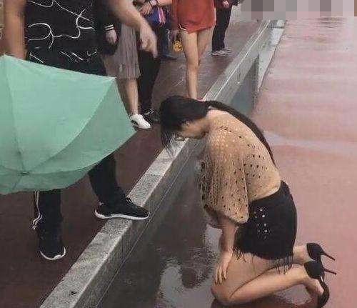 20171010 121610 2 - Cô gái quỳ dưới mưa xin lỗi người yêu, chàng trai vẫn một mực lạnh như băng không tha thứ
