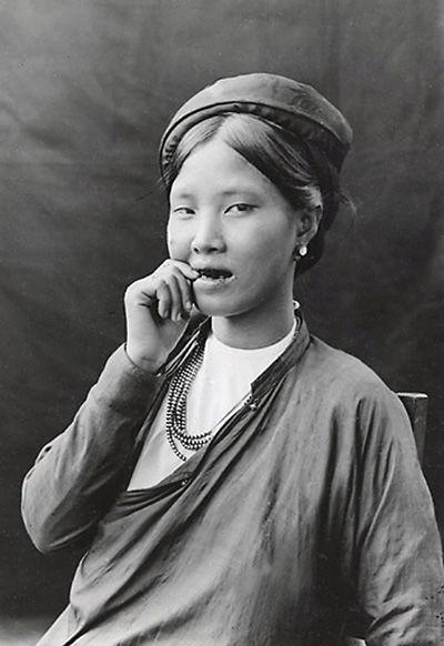 Tục nhuộm răng đen này cũng rất phổ biến ở Việt Nam cho tới thế kỉ 20.
