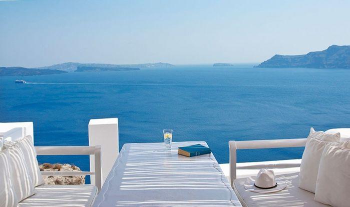 Nổi tiếng với hệ thống hang động đá vôi, chắc chắn khách sạn trong lòng núi mang một màu trắng tinh khôi ở Hy Lạp này sẽ khiến bạn phải trầm trồ thích thú ngay cái nhìn đầu tiên