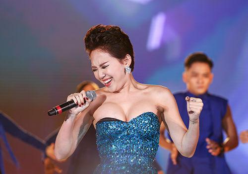Dở khóc dở cười với những sự cố trang phục của sao Việt trên sân khấu - Tin sao Viet - Tin tuc sao Viet - Scandal sao Viet - Tin tuc cua Sao - Tin cua Sao