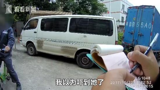 Cô gái bị sờ mông ngay giữa đường, kẻ sàm sỡ giải thích Tôi chỉ đang đập muỗi thôi mà