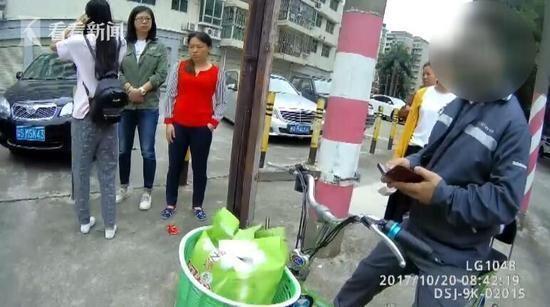 Những người đi đường cũng đang nói giúp cô gái về tình hình vụ việc