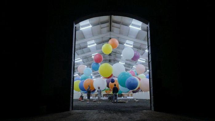 Công cuộc bơm khí heli vào hơn 100 quả bóng bay.