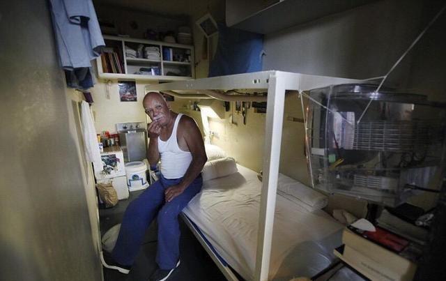 Một chiếc giường rộng rãi, thiết kế thoải mái, tiện nghi, chẳng ai có thể nghĩ đó lại là một phòng giam ở nhà tù Shengkanting. Nhà tù này nằm ở California, Mỹ.