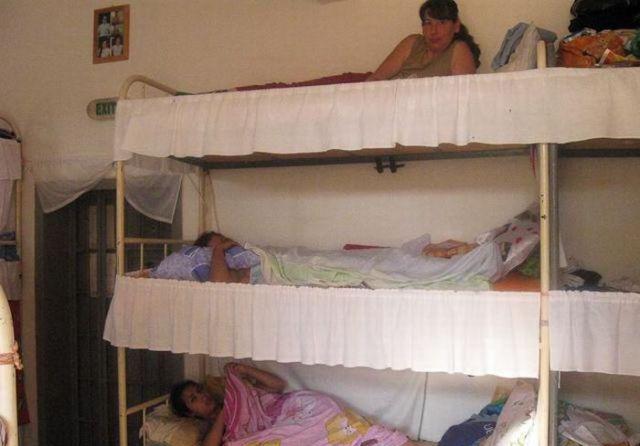 Phòng giam này lại khiến ngươi ta nghĩ đến hình ảnh giường tầng trong kí túc xá của các trường đại học. Tầng trên và tầng dướiđều được đặt đệm êm ấm. Cũng vì thế mà những phạm nhân ở nhà tù Romania luôn có tính nhẫn nại rất cao.