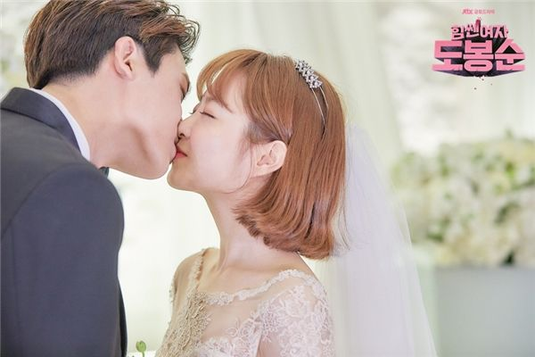 """Biết đâu được có lẽ trong tương lai chúng ta sẽ lại được nhận một thông tin cưới bất ngờ như cặp đôi Song- Song và sau đó là """"siêu đám cưới"""" của cặp đôi Park- Park thì sao nhỉ?"""