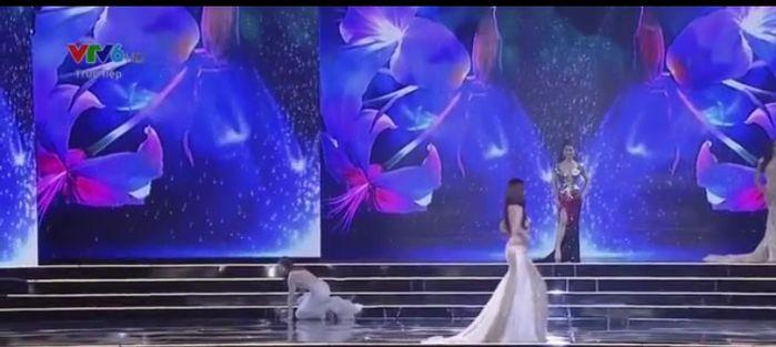 Không may vướng vào phần đuôi váy nên Cẩm Túbất ngờ vấp ngã trên sân khấu.