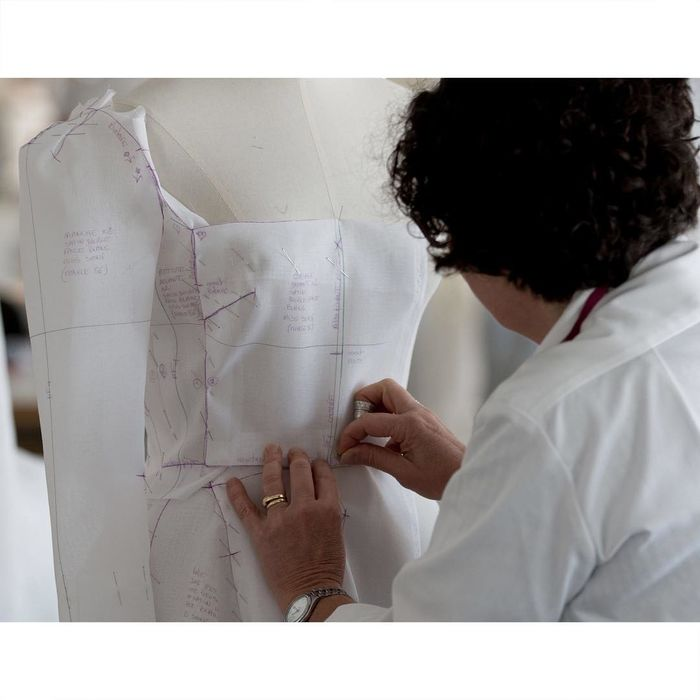 Từng công đoạn được làm vô cùng tỉ mỉ và tinh tế. Đặc biệt, nhiều chi tiết được may váy tạo cảm giác tự nhiên và mềm mại.