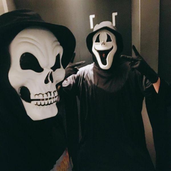 """Và cuối cùng,thay cho lời kết, Jiminđã đăng một tấm hình anh vàJungkookđang hóa trang Halloween tại Nhật Bản cùng dòng chú thích:""""Nhật kí chuyến du lịch đầu tiên của mình và Kkuk, kết thúc!""""."""