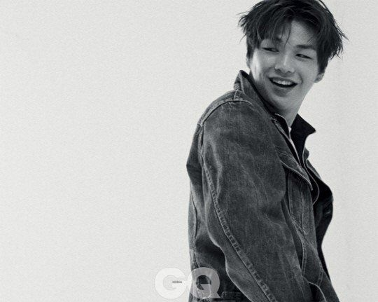 """ Với sức trẻ và tài năng xuất chúng, Kang Daniel hứa hẹn sẽ trở thành """"thần tượng quốc dân"""" cùng con đường nghệ thuật đầy rộng mở."""