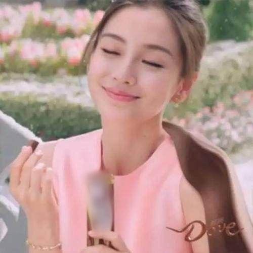 Bà xã Huỳnh Hiểu Minh trong quảng cáo trước.