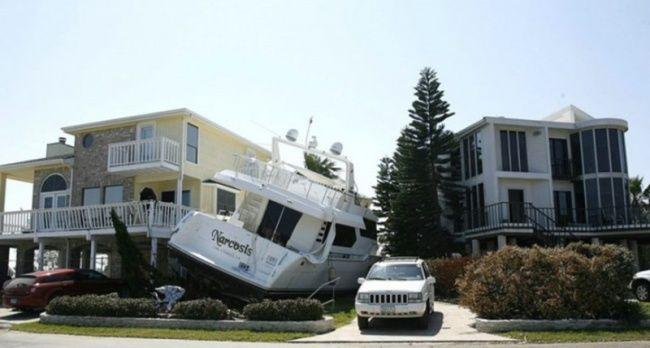Có lẽ chiếc du thuyền này mới đi chơi bão về thì phải, một cơn sóng là về thẳng nhà.