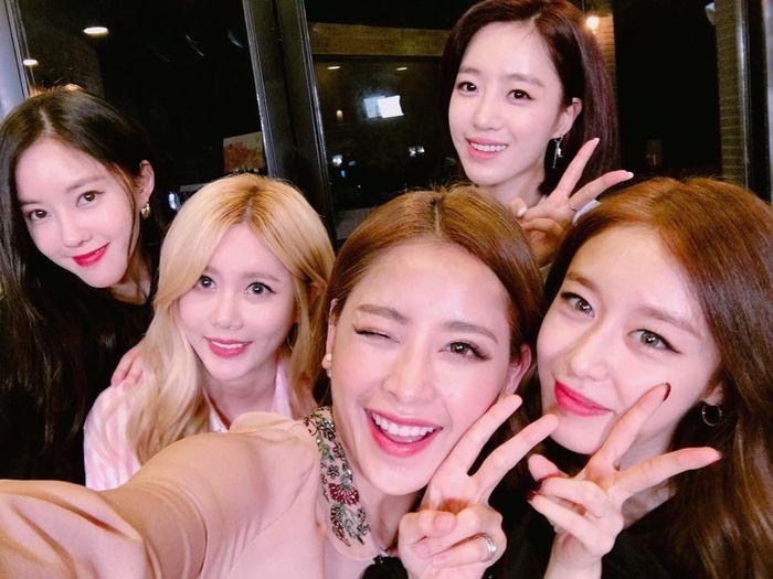 Trong bức ảnh chụp selfie, Chi Pu xinh đẹp không hề kém cạnh bốn cô gái nhóm T-ara. - Tin sao Viet - Tin tuc sao Viet - Scandal sao Viet - Tin tuc cua Sao - Tin cua Sao