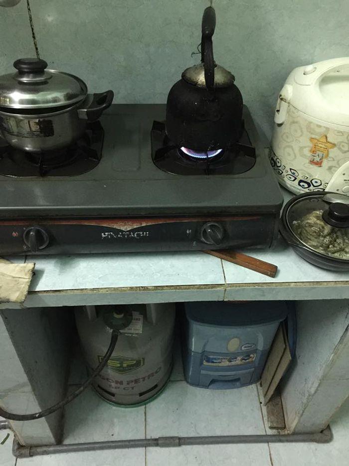 Dù đã dùng bếp ga nhưng cũng không thể bỏ cái ấm đun nước đun bếp củi, bếp rơm này