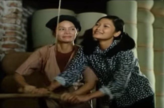 """Có nhiều bộ phim của Việt Nam xuất hiện chiếc áo yếm đặc trưng của phụ nữ Việt xưa. Trong phim Bến không chồng cũng của đạo diễn Lưu Trọng Ninh, các nhân vật đều mặc áo cánh bên ngoài áo yếm, không làm mất đi tính lịch sử mà vẫn giữ được sự """"trong sáng"""" của bộ phim trên màn ảnh. - Tin sao Viet - Tin tuc sao Viet - Scandal sao Viet - Tin tuc cua Sao - Tin cua Sao"""