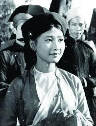 Đến hẹn lại lên (1974) cũng là một bộ phim xuất hiệnáo yếm như một nét đẹp văn hóa. Chiếc áo yếm bằng lụa được mặc cùng với trang phục của liền chị quan họ khiến cho toàn thể bộ trang phục trở nên tinh tế, nhẹ nhàng và vẫn giữ được tính lịch sử. - Tin sao Viet - Tin tuc sao Viet - Scandal sao Viet - Tin tuc cua Sao - Tin cua Sao