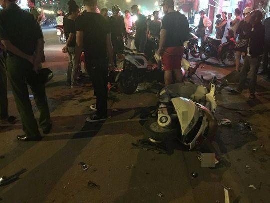 Hiện trường vụ ô tô điên húc đổ hàng loạt xe máy.