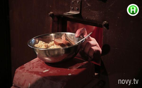 Phải trải qua cảm giác ăn cơm trong những tô nhôm như thế này quả không thoải mái chút nào.