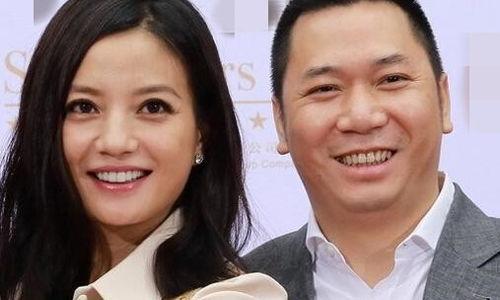 Hành vi của vợ chồng Triệu Vy bị chỉ trích dữ dội do làm ảnh hưởngnghiêm trọng tới môi trường chứng khoán, gây tổn hại lòng tin của những nhà đầu tư nhỏ và vừa.
