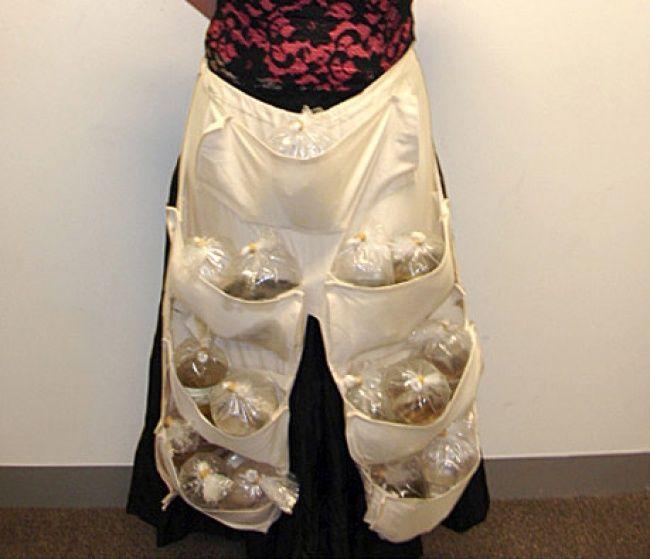 """Vào năm 2005 ởMelbourne, Úc, một viên cảnh sát sân bay đãnhận ra điều kì lạ trong chiếc quần """"quá khổ"""" của một người phụ nữ. Cô ta nhanh chóng bị lục soát và thẩm tra. Sau khi chiếc quần được lột xuống, ai ai cũng bất ngờ khi thấy người này đang treo hơn 50 con cá cảnh nhiệt đới bên mình hòngbuôn lậu."""