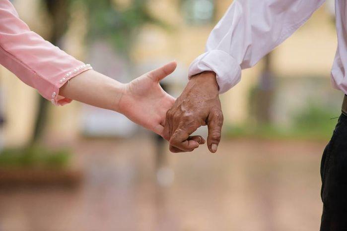 Xúc động bức ảnh kỷ yếu con gái chụp cùng bố trong mưa: Bố và con gái, mãi mãi một tình yêu!