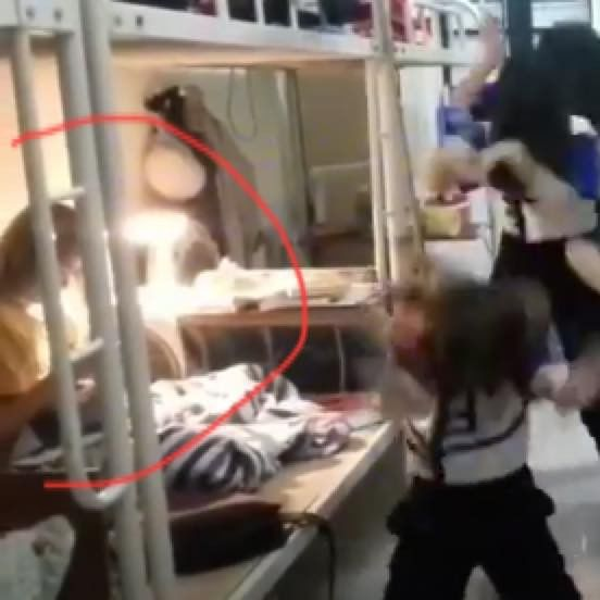 Bạn nữ vẫn chong đèn ngồi học, mặc lũ bạn nghịch như quỷ bên cạnh (Ảnh chụp màn hình)