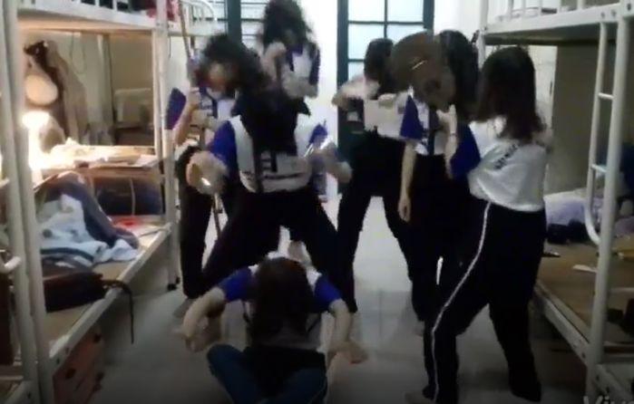 Nhưng sau đó liền hóa thành vũ điệu hoang dã, mỗi người một điệu không ăn nhập với nhau (Ảnh chụp màn hình)