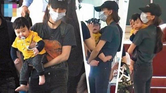 Hình ảnh Angela Baby vvà quý tử được giới săn ảnh chụp được ở sân bay.
