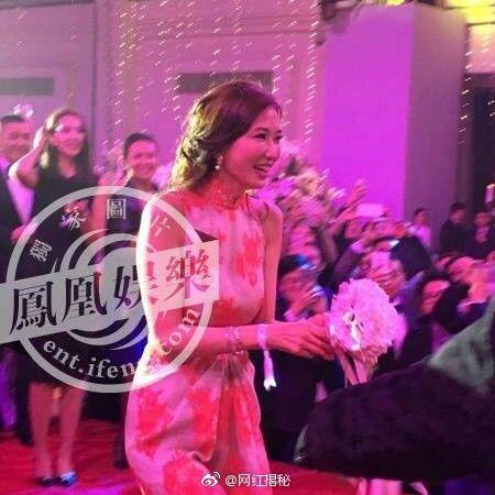 Và Lâm Chí Linh là người đẹp đã bắt được bó hoa cưới may mắn này.
