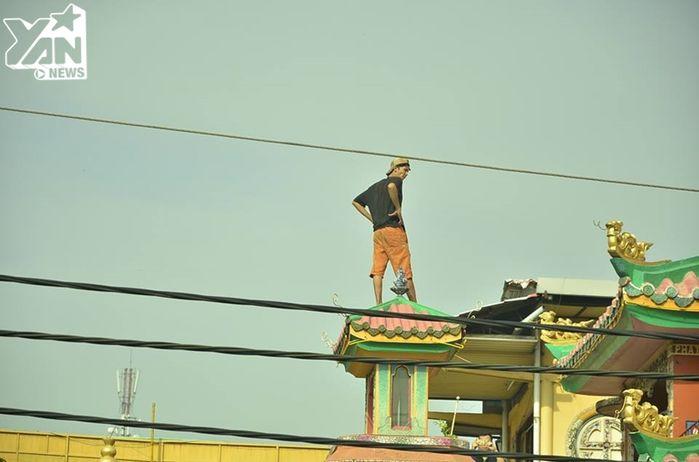 Nam thanh niên ngáo đá cố thủ trên nóc chùa An Phú