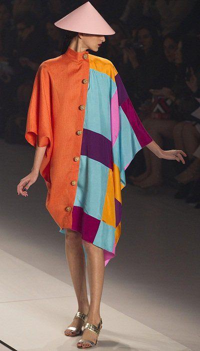 Tại Tuần lễ Thời trang Sao Paulo 2013 (Brazil),thương hiệu thời trang Neon cũng đã sử dụng hình ảnh chiếc nón lá làm điểm nhấn ấn tượng cho các thiết kế.