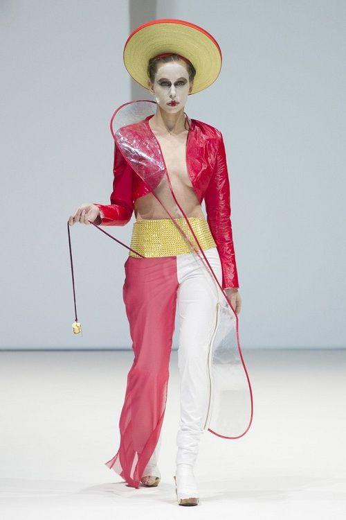 Khăn đóngáo dài truyền thống Việt Nam gây chú ý khi được sử dụng trong thiết kế của thương hiệu nổi tiếng nước ngoàicho BST thời trang Thu-Đông 2017.